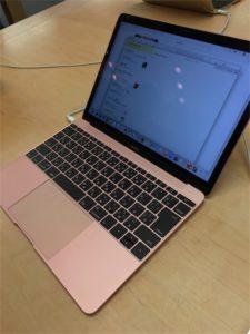 薄くてカッコいいな、MacBook。これはローズゴールドの写真です。