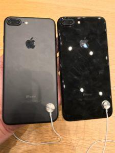 iPhone7Plus、ブラックとジェットブラックの2ショット写真