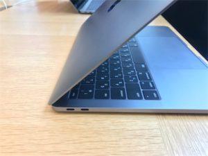 新しいMacBookProは、薄い!! 端子はUCB- だけでスッキリしています。