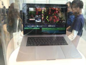 展示ケース内、Touch Bar搭載の新しいMacBookPro