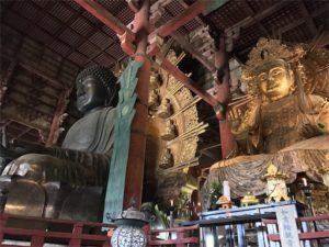 奈良の大仏様、向かって右側からの写真です。