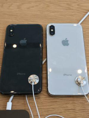 iPhoneXシルバーとスペースグレーの背面比較写真