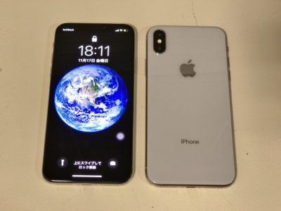 iPhoneXのレビュー。2台のiPhoneXシルバーを並べて撮影