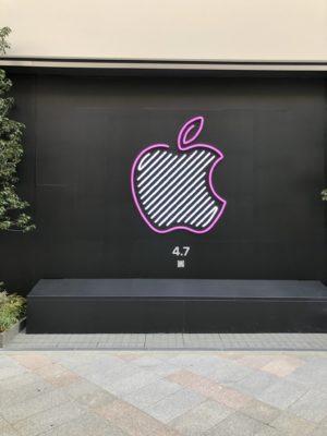 Apple新宿店のリンゴマークはカラフルです。