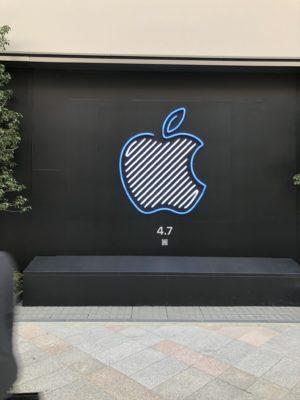Apple新宿店リンゴマークのアップ